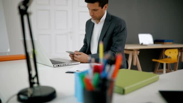 Multitasking Geschäftsmann