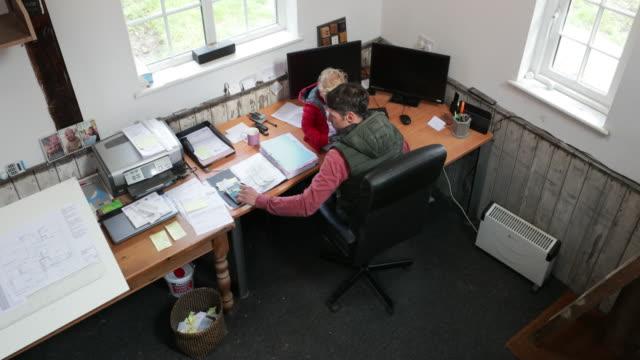 vídeos y material grabado en eventos de stock de multitarea de la vida doméstica y la vida laboral - equilibrio vida trabajo