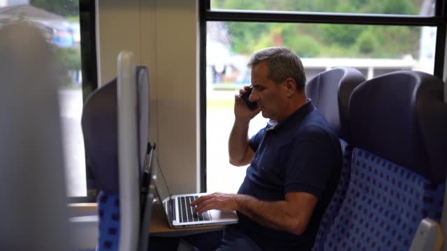 multitasking im hochgeschwindigkeitszug - multitasking stock-videos und b-roll-filmmaterial
