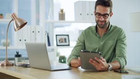 vidéos et rushes de le multitâche fait partie du travail - tenue soignée