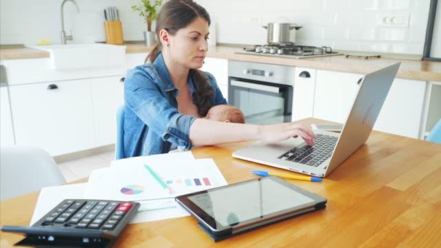 vídeos y material grabado en eventos de stock de madre de la multitarea. - finanzas familiares
