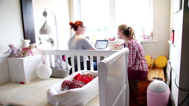 stockvideo's en b-roll-footage met multitasking moeders - wieg