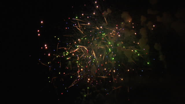 stockvideo's en b-roll-footage met a multitude of fireworks explode, sparkle and cascade against a dark sky. - 2008