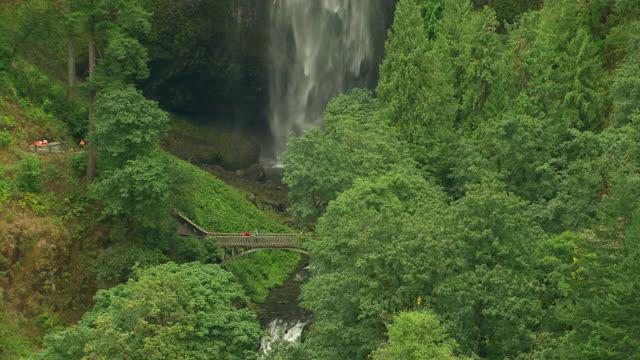 vídeos y material grabado en eventos de stock de ms aerial zo multnomah falls and bridge / oregon, united states - cascadas de multnomah