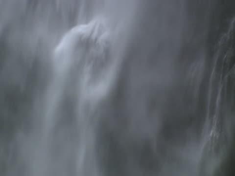vídeos y material grabado en eventos de stock de multnomah falls behind mist - cascadas de multnomah