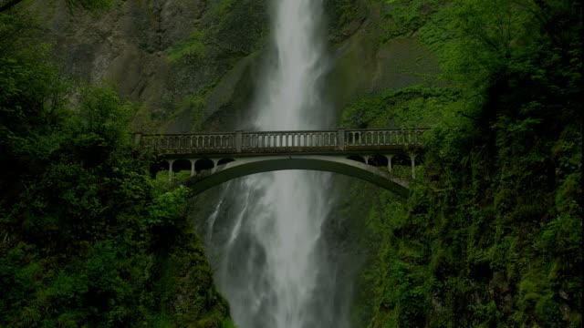 vídeos y material grabado en eventos de stock de multnomah falls flows behind a bridge into a gorge. - cascadas de multnomah