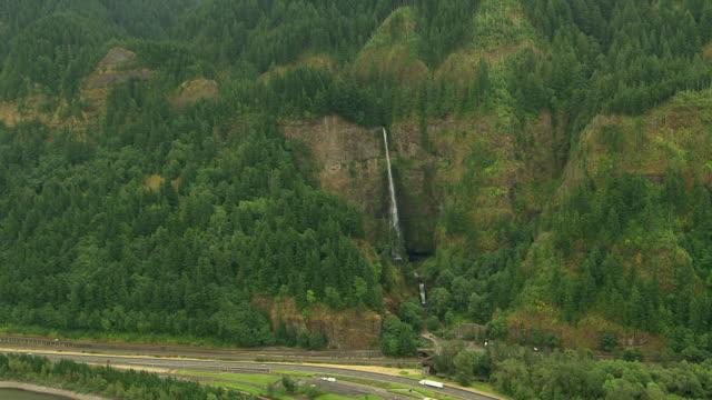 vídeos y material grabado en eventos de stock de ws aerial multnomah falls showing surrounding cliffs and highway / oregon, united states - cascadas de multnomah