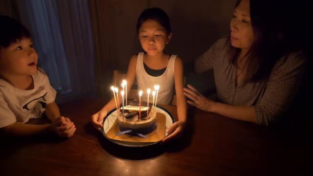 mum and 2 young girls celebrating child's birthday - 誕生日点の映像素材/bロール
