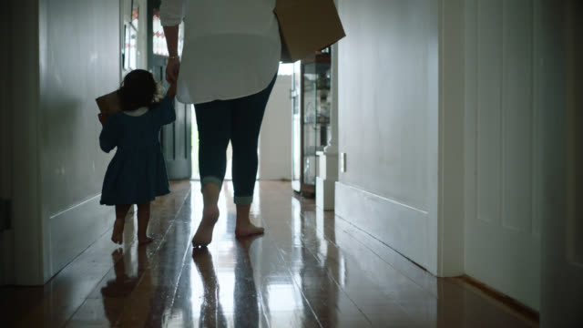 vidéos et rushes de mum and daughter moving out of house - carrying