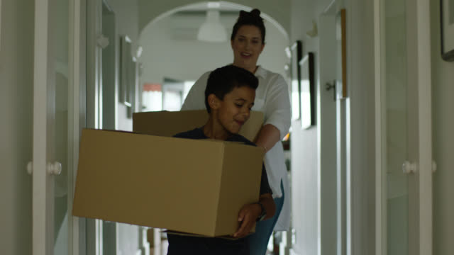 vidéos et rushes de mum and son moving into new house - famille monoparentale