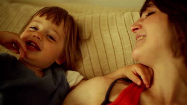 vídeos de stock e filmes b-roll de mãe jogando com um filho - 2013