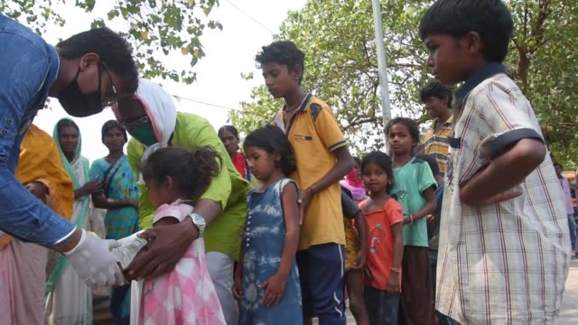 stockvideo's en b-roll-footage met hungry people taking a food plate distributed by ngo as fm nirmala sitharaman today announced a food security scheme of 1000 crore to help... - hongerig