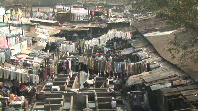 stockvideo's en b-roll-footage met mumbai, india. slum, people doing laundry. - sloppenwijk