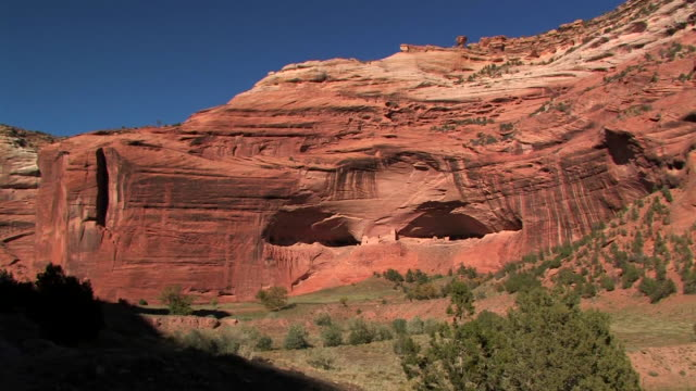 ws zi mummy cave ruins/ canyon de chelly national monument, arizona - canyon de chelly stock videos & royalty-free footage