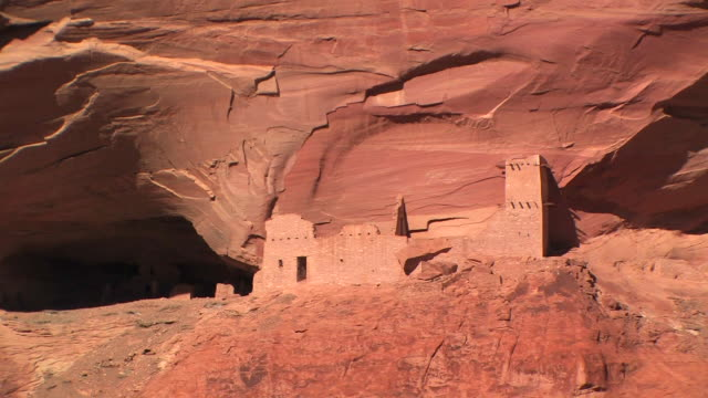 ms mummy cave ruins in front of rock wall/ canyon de chelly national monument, arizona - canyon de chelly stock videos & royalty-free footage
