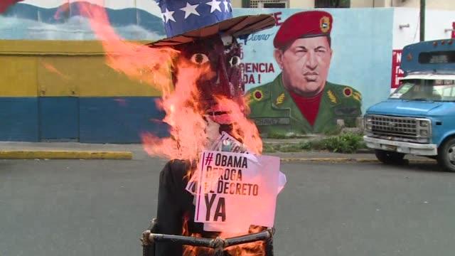 vídeos y material grabado en eventos de stock de munecos del presidente estadounidense barack obama y su homologo venezolano nicolas maduro ardieron en caracas este domingo de resurreccion durante... - judas
