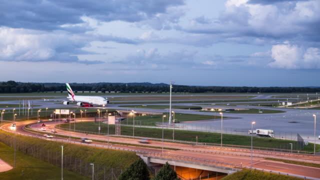 stockvideo's en b-roll-footage met munich airport muc, timelapse, day to night transition - shot-2 - münchen vliegveld