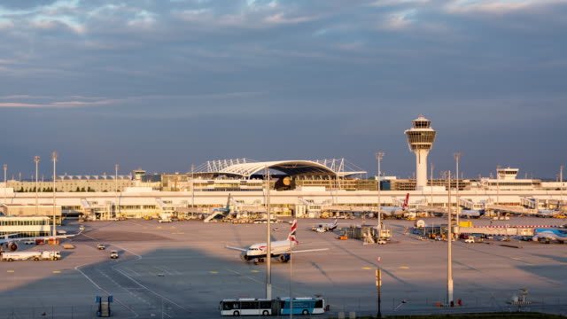 stockvideo's en b-roll-footage met munich airport muc, timelapse - münchen vliegveld