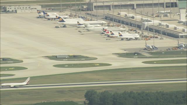 stockvideo's en b-roll-footage met munich airport - münchen vliegveld