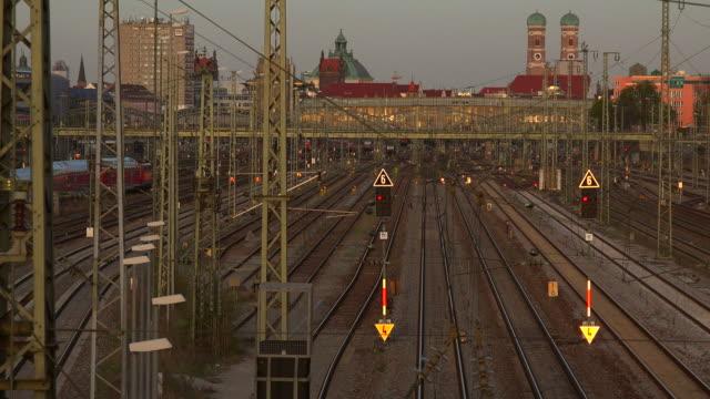 vídeos de stock, filmes e b-roll de munich central railway station, munich, bavaria, germany - número 6