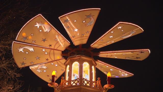 vídeos de stock e filmes b-roll de munich downtown - marienplatz, christmas market, decoration, at night, tree - figura masculina