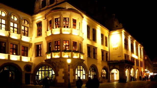 Monaco di Baviera, alla birreria Hofbraeuhaus (Hofbrauhaus) a notte (4 k Ultra HD/HD)