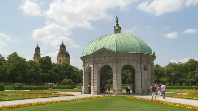 vídeos de stock e filmes b-roll de t/l pan munich hofgarten with the pavilion for the goddess diana  - casa de jardim