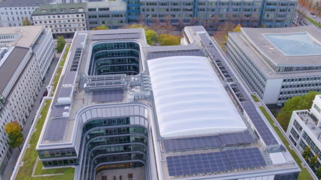 munich inner city drone flight over siemens building with wittelsbacher square coming into view - städtischer platz stock-videos und b-roll-filmmaterial