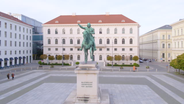 munich inner city drone level flight left around statue on wittelsbacher square - denkmal stock-videos und b-roll-filmmaterial
