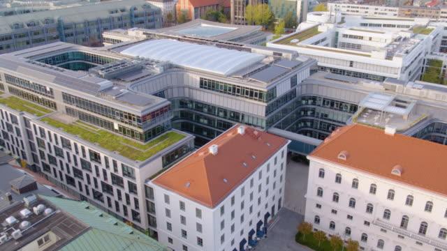 munich inner city drone rise from wittelsbacher square to siemens building roof - städtischer platz stock-videos und b-roll-filmmaterial