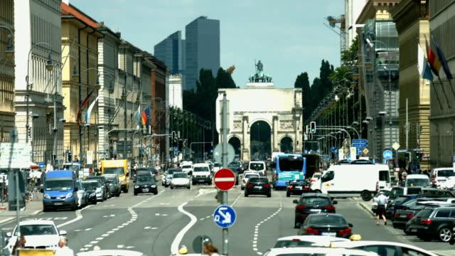 t/l münchen ludwig street und dem triumphbogen (4 k uhd zu/hd - verkehr im zeitraffer stock-videos und b-roll-filmmaterial