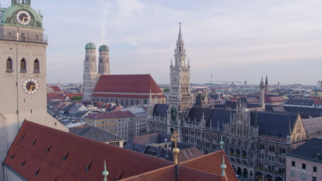 munich marienplatz flight from new townhall to wide shot city - monumente stock-videos und b-roll-filmmaterial