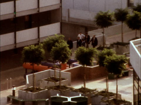 munich olympic massacre; germany munich village: flats, balcony of israeli team: zoom to negotiators walking to block: lv balcony of flat no.24 lv 2... - terrorismus stock-videos und b-roll-filmmaterial