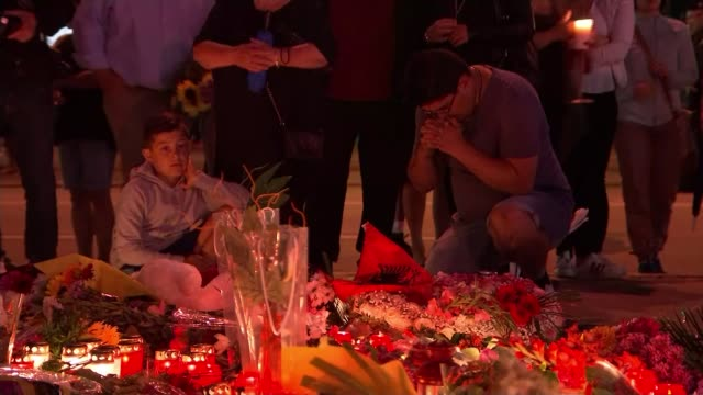 police still unsure of killer's motives bavaria munich various shots people leave floral tributes and candles near scene of shooting - 仮設追悼施設点の映像素材/bロール