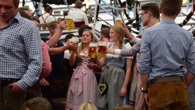 vídeos de stock e filmes b-roll de munich taps the keg on the worlds biggest beer festival oktoberfest with six million revellers expected - maior