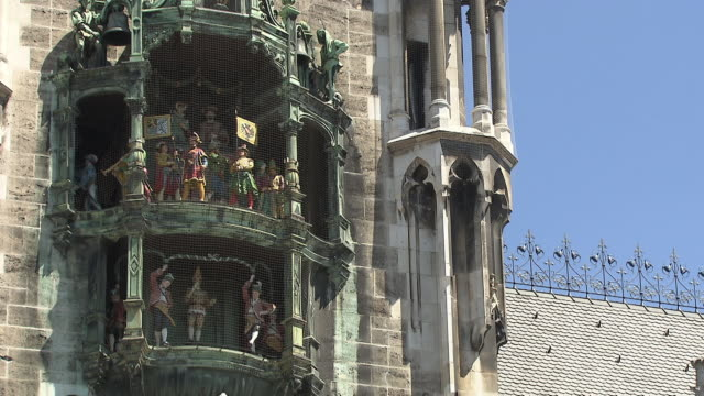 munich-marienplatz, city hall, chimes, figures - cafe culture stock videos and b-roll footage