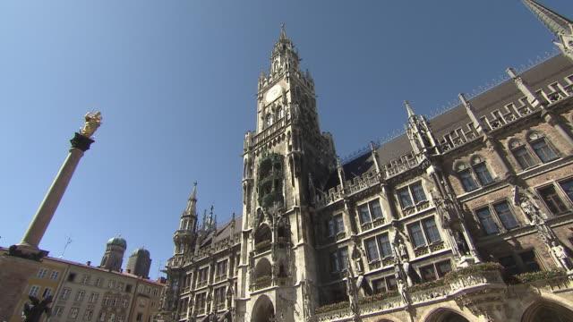 munich-marienplatz, city hall, sun, blue sky - cafe culture stock videos and b-roll footage