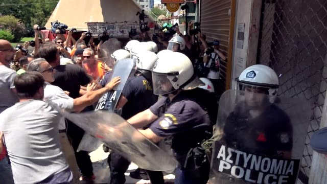 municipal sanitation workers scuffled with riot police ahead of the interior ministry in athens on monday morning during their protest rally that was... - 対決点の映像素材/bロール