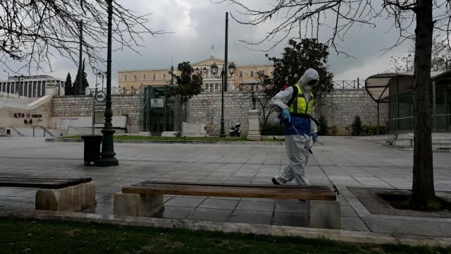 vidéos et rushes de municipal worker disinfects at syntagma square on march 23, 2020 in athens, greece. greece joined other european countries in imposing strict... - grèce