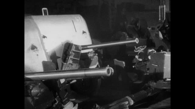 montage munitions workers manufacturing naval guns / united kingdom - waffe stock-videos und b-roll-filmmaterial