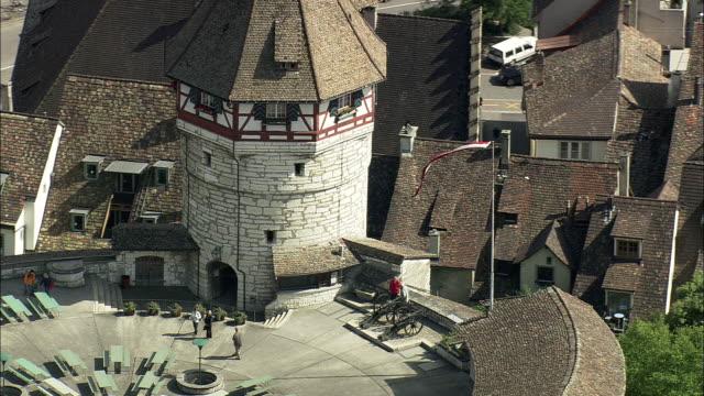 vídeos de stock e filmes b-roll de aerial zo munot fort, schaffhausen, switzerland - estilo do século 16