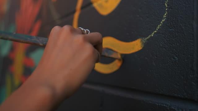 vídeos de stock, filmes e b-roll de artista mural no trabalho - ocupação artística