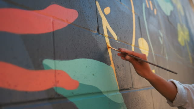 mural artist at work - vita cittadina video stock e b–roll