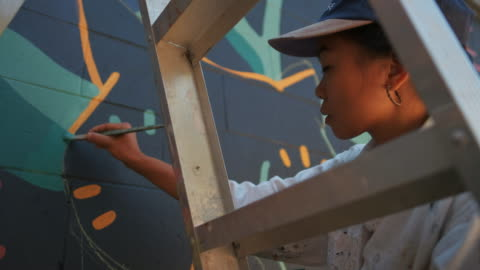 vídeos y material grabado en eventos de stock de mural artista en el trabajo - arte