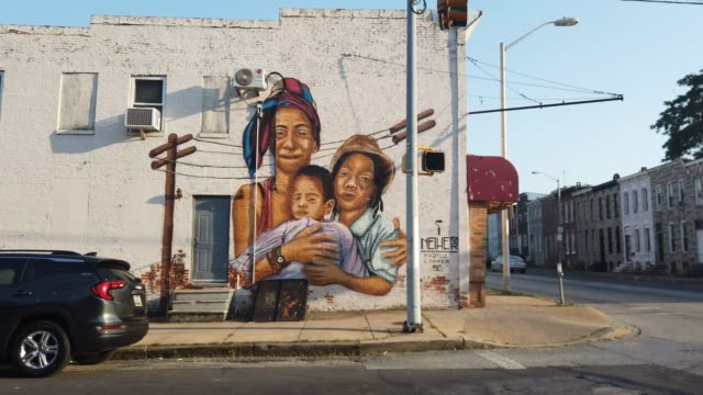 mural is painted on a wall near where a person was recently murdered on july 28, 2019 in baltimore, maryland. president donald trump has recently... - baltimore maryland bildbanksvideor och videomaterial från bakom kulisserna