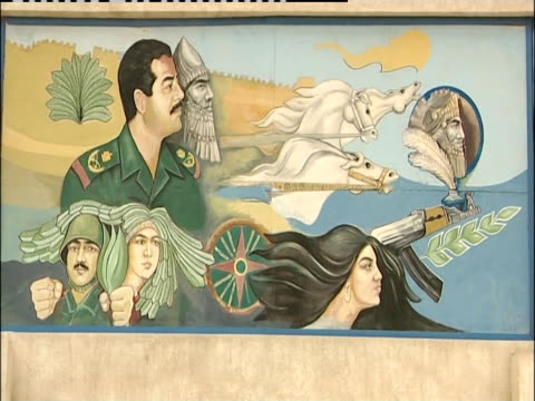 vidéos et rushes de a mural on a billboard portrays the iraqi lifestyle. - armée de terre
