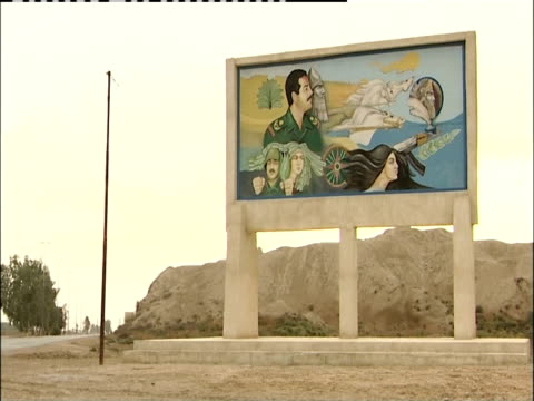 vidéos et rushes de a mural on a billboard portrays the iraqi lifestyle. - irak