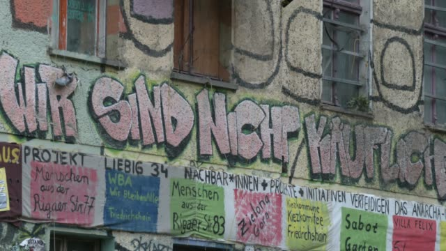 """mural says """"we are not for sale"""" at """"liebigstrasse 34, also known as liebig34, during the eviction of its residents on october 09, 2020 in berlin,... - links platz stock-videos und b-roll-filmmaterial"""