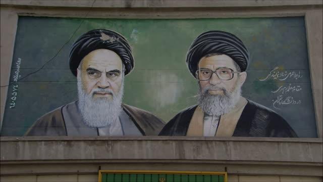 vidéos et rushes de zi cu mural showing ali khameni and khomeini on apartment building, iran - authority