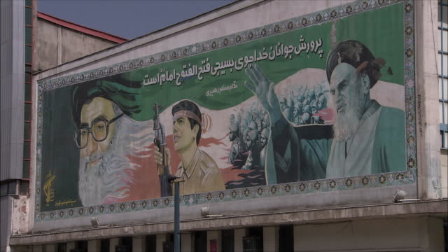 zi cu mural showing ali khameni and khomeini on apartment building, iran - イラン点の映像素材/bロール